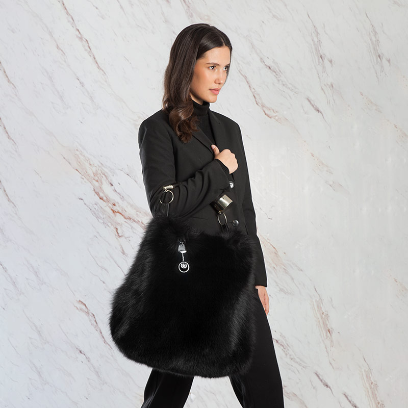 Borsa a tracolla secchiello pelliccia nera con corno | Nicola Pelliccerie