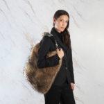 Borsa pelliccia a spalla grande beige marrone naturale con corno | Nicola Pelliccerie